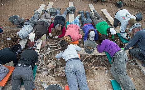 Miembros de la ARMH durante un proceso de exhumación.