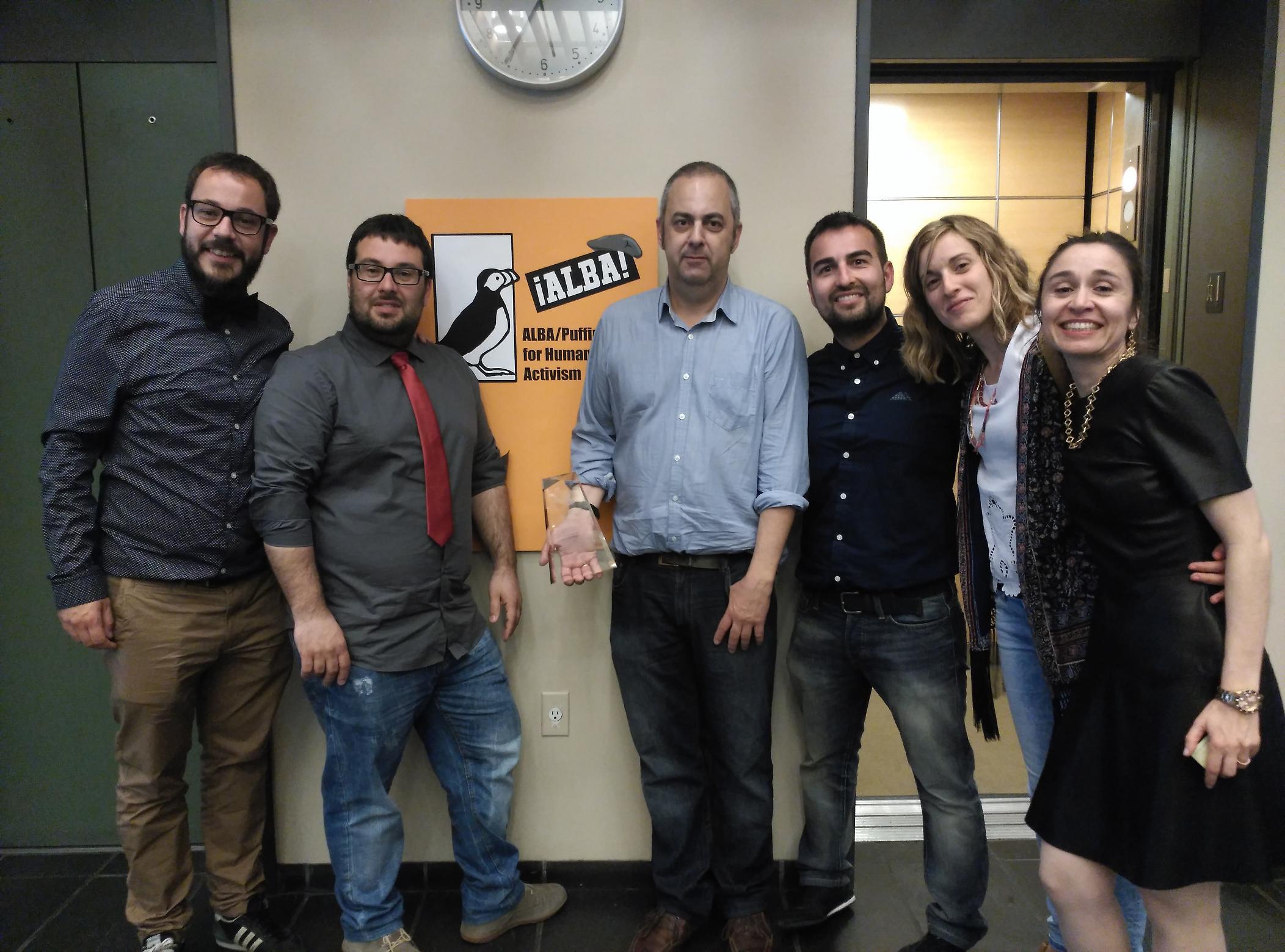 La ARMH recoge el premio Alba-Puffin Nueva York. En el centro Marco Antonio González y Emilio Silva (con la placa del galardón)