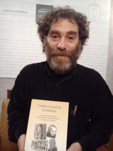 Antonio Jímenez Cubero con su libro.