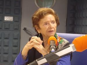 Araceli Ruiz a sus 90 años. Arriba, segunda por la izquierda.