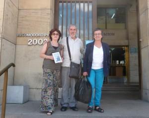 Paqui Maqueda, Felipe Izaguirre y María Jose Zorroza, ante el juzgado argentino.