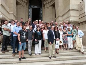 La delegación española posa ante el edificio judicial donde fue recibida por la jueza Servini.