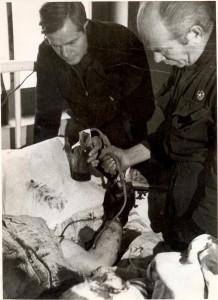 Bethune, haciendo una transfusión de sangre.