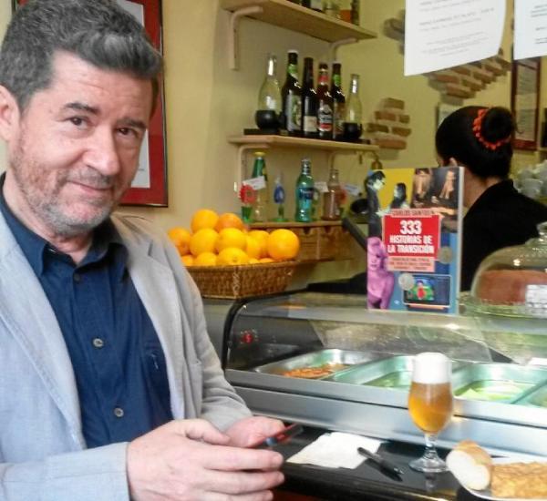 Carlos Santos, con su libro al fondo.