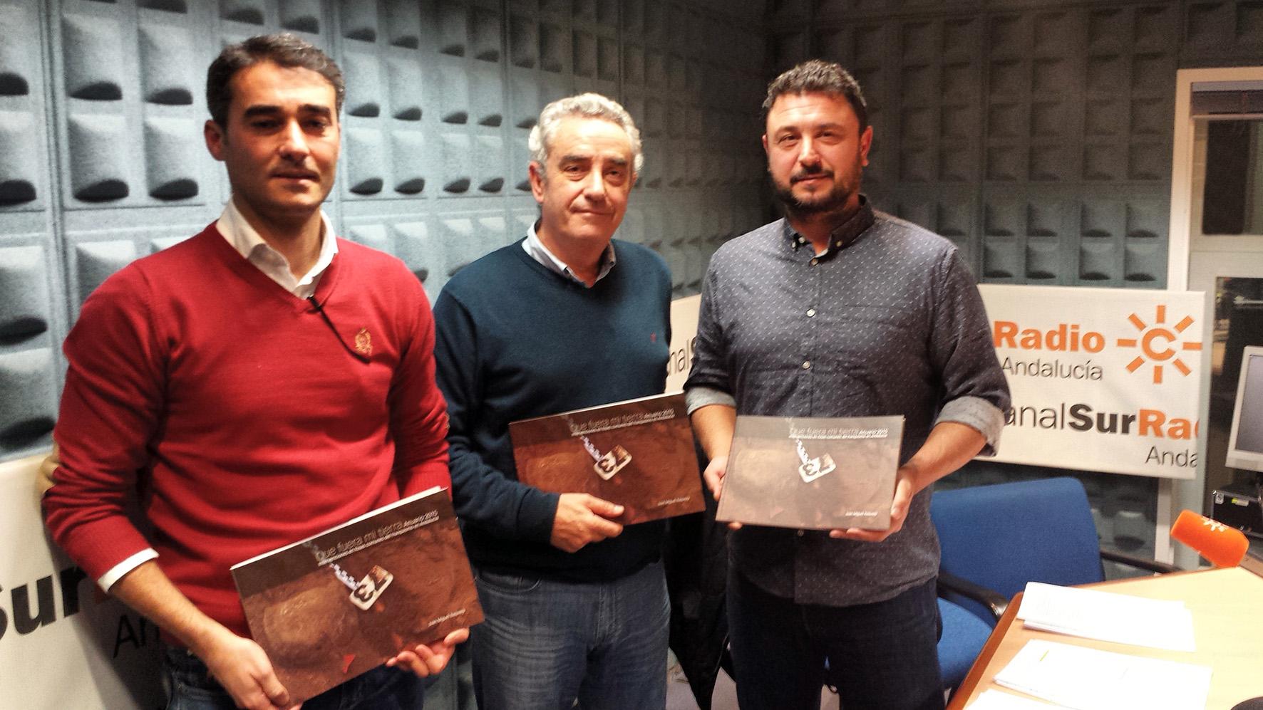 Giráldez, Guerrero y Baquero, con el anuario de las fosas de 2015 en Canal Sur Radio.