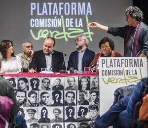 A la derecha en la mesa, Cristina Almeida y Jordi Gordon, de pie.