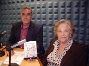 Concha Ramírez en la radio con su libro.