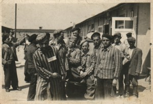 Francisco Ortiz, en el centro, en la liberación de Mauthausen.