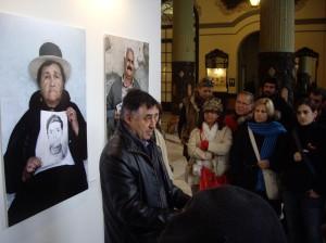 Gervasio Sánchez explica sus fotografías.