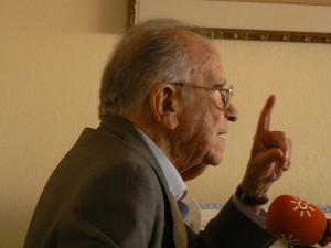 Carrillo habla para Canal Sur en su casa madrileña en abril de 2007. Foto de Kika Castejón.