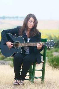 Lucía Sócam y su guitarra.