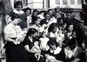 Madres con sus hijos recien nacidos en la escalinata de la maternidad.