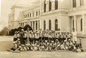 Niños y maestros en un sanatorio del Mar Negro, 1938