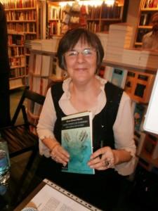 Nieves Álvarez con su poemario.