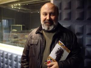 Juan Sánchez Vallejo con su libro.