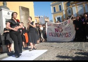 Mujeres de negro bailan ante la Macarena sobre una reproducción de la lápida de Queipo.