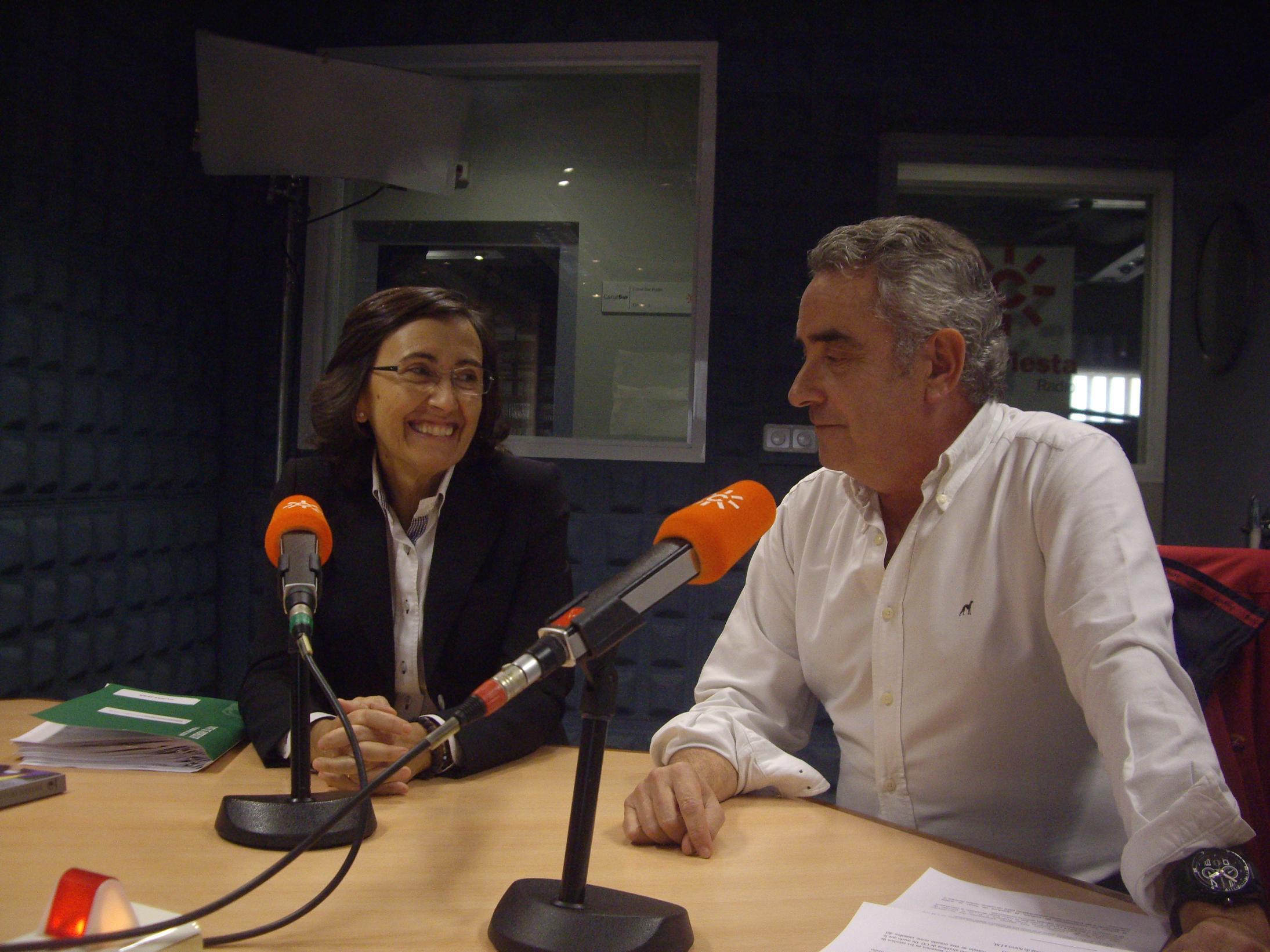 Rosa Aguilar en el estudio de Canal Sur Radio.
