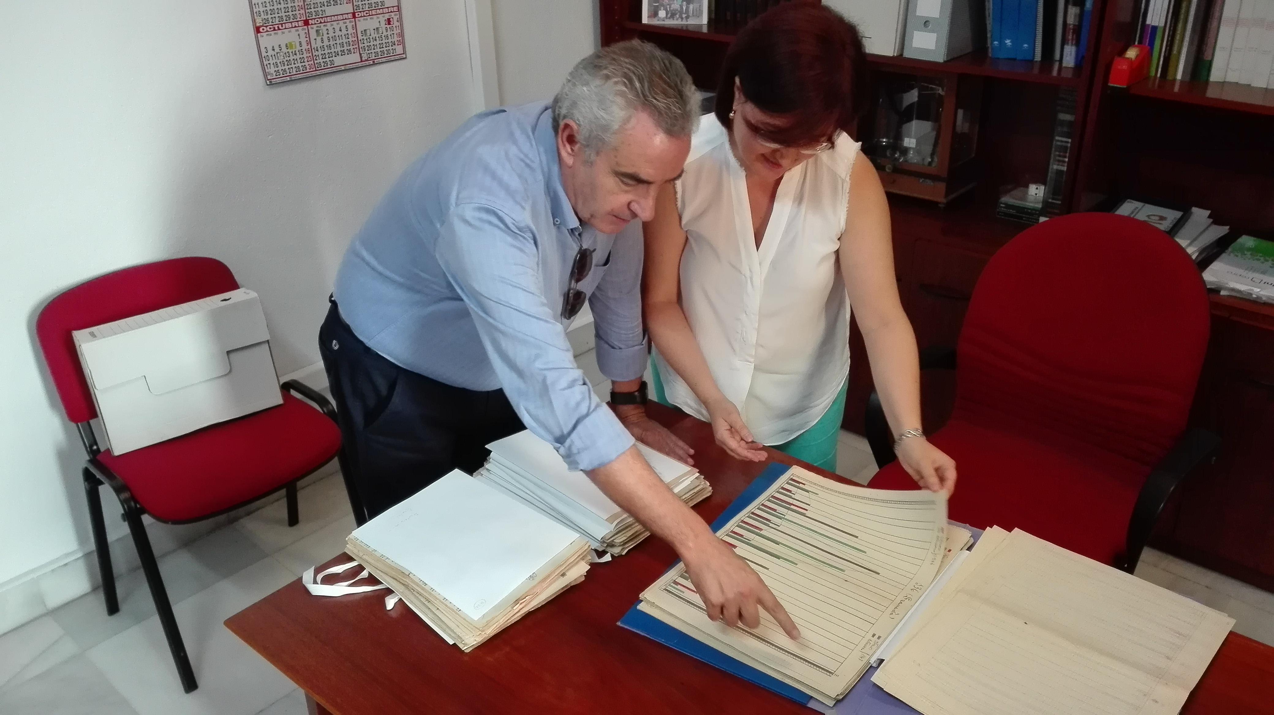 Amparo Alonso muestra al director del programa los archivos de la Guardia Civil