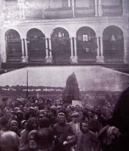 Virgen del Rocío 1932: Arriba, placa en el ayuntamiento de Almonte y abajo, procesión de desagravio.
