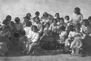 Virtudes Ávila y otras niñas en el convento.