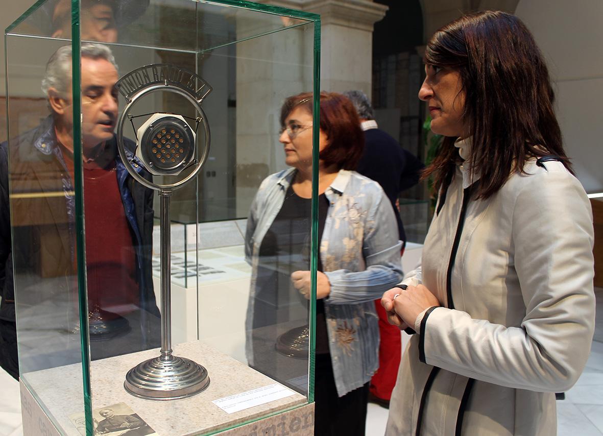 La directora del Archivo Histórico y la viceconsejera de Cultura, con el director de La Memoria ante el micrófono de Queipo de Llano.